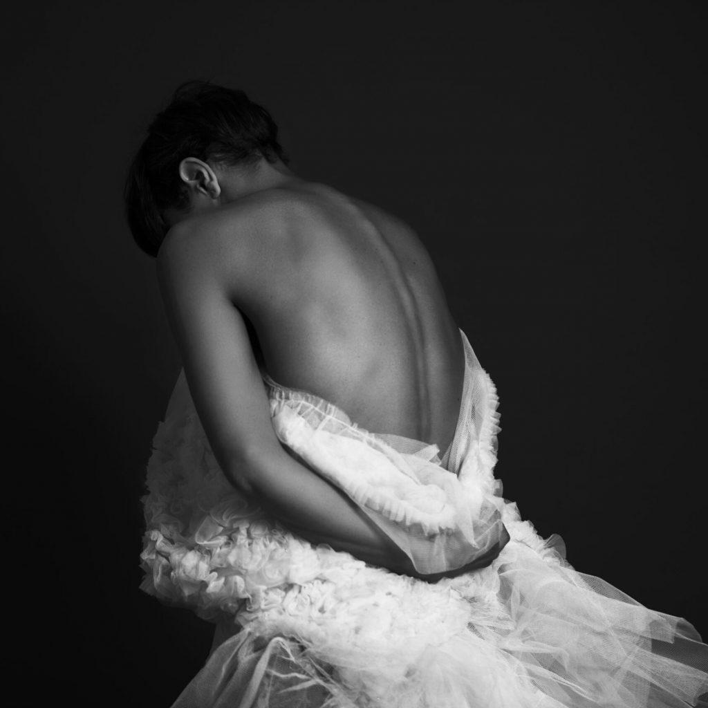 Photo de Laura Prince noir et blanc de dos par Sébastien Perron