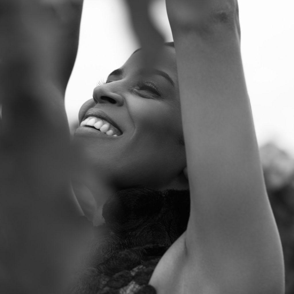 Laura Prince noir et blanc sourire de Emilie Carpuat